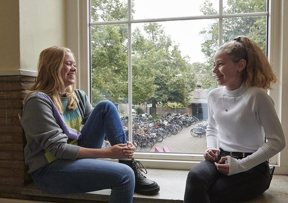 2 lachende leerlingen op het Gymnasium Felisenum