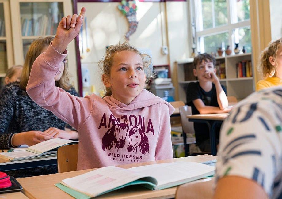 Meisje stelt vraag tijdens lesje Latijn