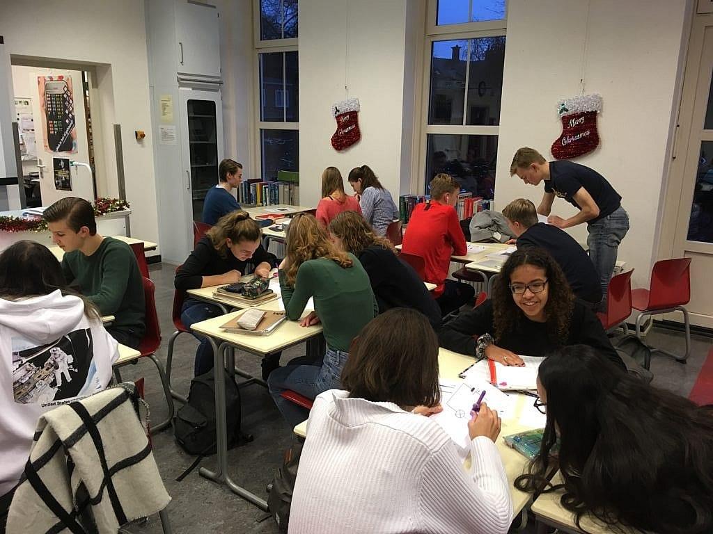 Leerlingen werken aan een opdracht uit Escape the classroom