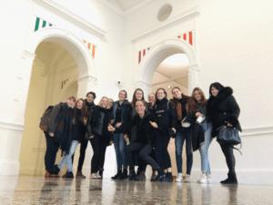 Groepsfoto eindexamenklas tekenen in het stedelijk museum amsterdam
