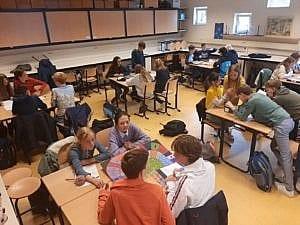 leerlingen spelen met zelfgemaakte bordspellen voor het vak geschiedenis