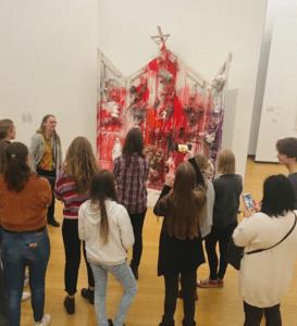 Leerlingen bekijken een kunstwerk in het stedelijk museum