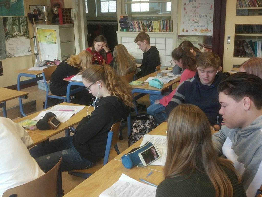 leerlingen van het felisenum kijken documentaires tijdens de les