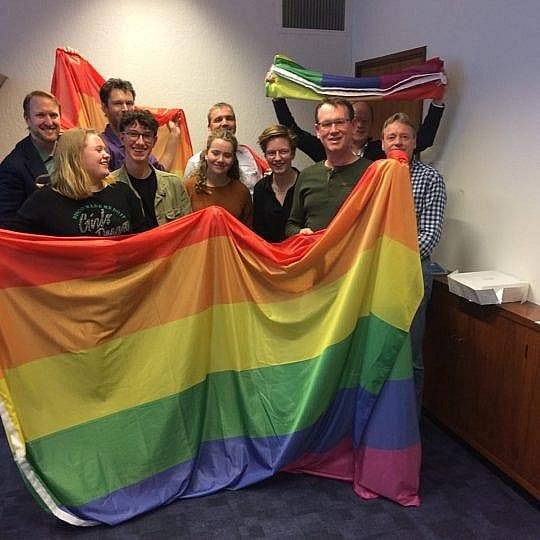 Leerlingen nemen regenboogvlag in ontvangst