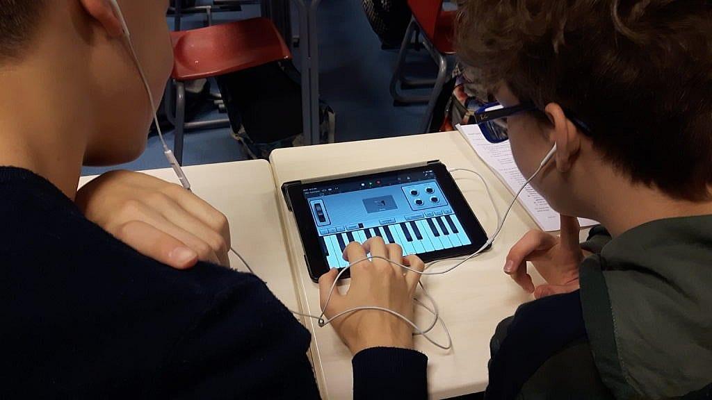 leerlingen componeren tijdens de les muziek zelf een nummer met behulp van de app garageband